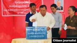 라오스의 신임 대통령으로 선출된 분냥 보라치트 당 서기장이 지난달 24일 열린 국회의원 선거에서 투표하고 있다. (자료사진)
