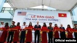 Đại sứ Hoa Kỳ tại Việt Nam Ted Osiusvà Thượng tướng Nguyễn Chí Vịnh - Thứ trưởng Bộ Quốc phòng, cùng dự lễ bàn giao và khánh thành tòa nhà giảng đường S5 và trang thiết bị do Chính phủ Hoa Kỳ tài trợ - Hà Nội, ngày 28/8/2017. (Ảnh: Đại sứ quán Hoa Kỳ tại Hà Nội)