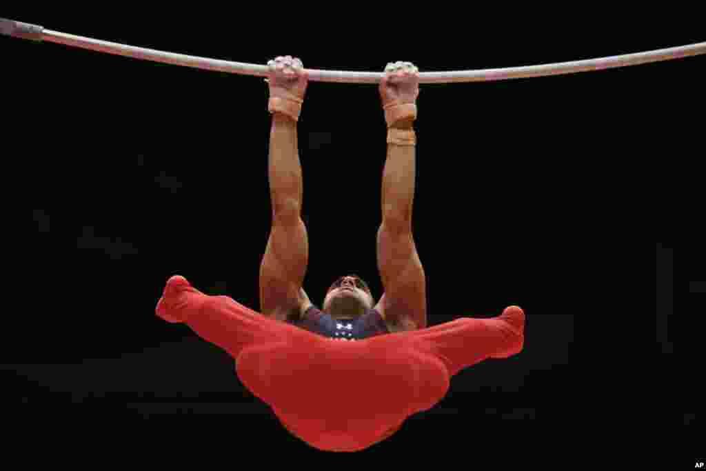 Pesenam AS, Danell Leyva beraksi dalam nomor palang tunggal (horisontal) pada kejuaraan dunia senam di Glasgow, Skotlandia.
