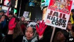Manos rojas y en alto en una manifestación en Times Square, Nueva York.