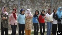 Para tahanan perempuan Afghanistan beristirahat di sebuah penjara perempuan di Kabul (foto: dok).