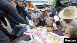 Người biểu tình nằm dưới đất để phản đối việc xây dựng căn cứ không quân của Mỹ trên đảo Okinawa của Nhật Bản, ngày 29/10/2015.