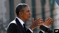 """Le président Obama prononçant, samedi 7 mars 2015, son discours devant le pont Edmund Pettus à Selma, dans l'Alabama, dans le cadre du 50e anniversaire de """"Bloody Sunday"""", un événement marquant le mouvement des droits civiques aux Etats-Unis. (Photo : AP / Jacquelyn Martin)"""