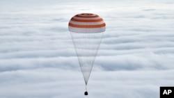 La capsule Soyouz se prépare à atterrir, mercredi 2 mars 2016. (Krill Kudryavtsev/Pool Photo via AP)