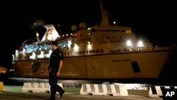 Kapal pesiar Salamis Filoxenia merapat di pelabuhan utama Siprus, Limassol, setelah menyelamatkan sekitar 345 pengungsi dari kapal mereka yang terombang-ambing di perairan lepas pantai negara itu, 25 September 2014 (Foto: dok).