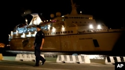 25일 좌초된 시리아 난민 345명을 태운 난민선을 구조한 키프로스 구조선이 리마솔 항구에 도착했다.