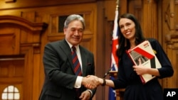 Ông Winston Peters bắt tay Thủ tướng Jacinda Ardern tại Wellington, New Zealand (ảnh chụp ngày 24/10/2017.)