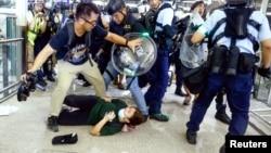 2019年8月13日香港警察在国际机场驱逐在那里的反送中示威人群。