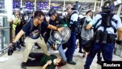 2019年8月13日香港警察在國際機場驅逐在那裡的發送中示威人群。