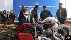 Menkeu RI, Sri Mulyani Indrawati (ketiga dari kanan) dan Menteri BUMN Eric Thohir (kedua dari kanan), memeriksa sepeda motor Harley Davidson yang ditemukan oleh pejabat Bea Cukai di atas Airbus A330-900 baru Garuda Indonesia, 5 Desember 2019.
