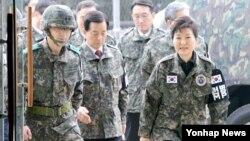 박근혜 한국 대통령(오른쪽)이 24일 안보태세 점검을 위해 경기도 연천 전방부대 소초를 방문하고 있다.