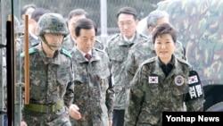 លោកស្រី Park Geun-hye ប្រធានាធិបតីរបស់កូរ៉េខាងត្បូងត្រួតពិនិត្យទាហានជួរមុខនៅក្នុងក្រុង Kyung-gi do កាលពីថ្ងៃទី២៤ ខែធ្នូ ឆ្នាំ២០១៥។