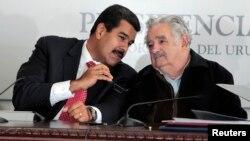 El presidente de Venezuela, Nicolás Maduro (Izq.), fue recibido por su similar de Uruguay, José Mujica, en la casa presidencial, en Montevideo.