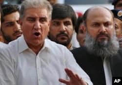 نومنتخب وزیرِ اعلیٰ بلوچستان جام کمال (دائیں) پاکستان تحریکِ انصاف کے رہنما شاہ محمود قریشی کے ہمراہ صحافیوں سے گفتگو کر رہے ہیں۔ (فائل فوٹو)