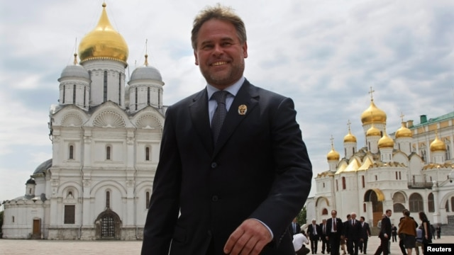 Russian anti-virus programs developer Yevgeny Kaspersky walks in the Kremlin after he was presented with a state award in Moscow, June 12, 2009.
