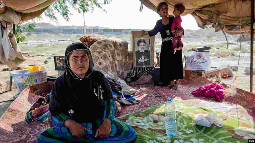 معمولا کسی از حاشیه نشینان هرمزگان خبری نمیگیرد اما در انتخابات کاندیداها برای رای حتی تا چادرهای آنها هم می آیند.