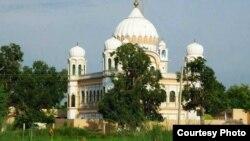 پاکستان و بھارتی سرحد کے قریب واقع گوردوارہ دربار سنگھ کرتار پور صاحب (فائل فوٹو)