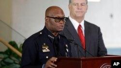 Kepala Kepolisian Dallas David Brown (kiri) dan Wlaikota Mike Rawlings dalam konferensi pers Jumat (8/7). (AP/Eric Gay)