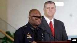 达拉斯地方警察负责人大卫.布朗(左)在新闻发布会上。