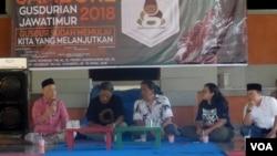 Ketua PBNU KH Imam Aziz (Kiri) berbicara mengenai persoalan kebhinnekaan di Indonesia pada pertemuan dan jambore Gusdurian Jawa Timur di Pura Segara, Kenjeran, Surabaya Minggu (15/4). (Foto: VOA/Petrus Riski)