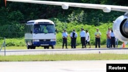Para pencari suaka yang baru tiba di Pulau Nauru dari Australia diangkut dengan bus (foto: dok).