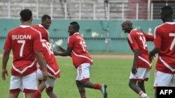 Les joueurs de l'équipe nationale de football du Soudan plaisantent lors d'une séance d'entraînement au stade Félix Houphouet-Boigny à Abidjan le 24 mars 2016.