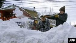 Cư dân ở Araucania dọn tuyết