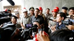 Cambodian Prime Minister Hun Sen, center, gives a press conference during his tour to an under construction bridge at Stung Mean Chey commune, file photo.