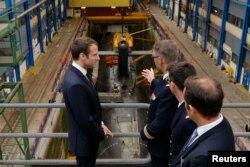 资料照片:在布雷斯特附近的克罗宗海军潜艇基地,法国总统马克龙在一艘法国核潜艇前听取汇报。(2017年7月4日)