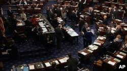 22일 밤 미국 상원 본회의장에서 예산안 표결 중인 의원들.