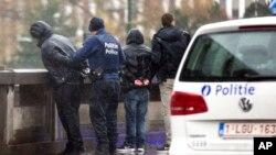 Polisi Brussels, Belgia menahan beberapa tersangka orang dalam upaya pengejaran terhadap Salah Abdeslam, tersangka pelaku serangan di Paris yang masih buron (foto: dok).