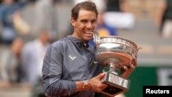 Petenis Spanyol Rafael Nadal menjuarai gelar Perancis Terbuka untuk ke-12 kali hari Minggu (9/6).