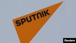 Logo radio Sputnik yang didanai pemerintah Rusia di Forum Ekonomi Internasional St. Petersburg International 2017 (SPIEF 2017) di St. Petersburg, Rusia, 1 Juni 2017.