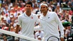ဆားဗီးယား Novak Djokovic (ဝဲ) နဲ႔ ဆြစ္ဇာလန္ Roger Federer တို႔ အမ်ဳဳဳိးသားတစ္ဦးခ်င္း တင္းနစ္စ္ မယွဥ္ၿပိဳင္မီ။ (ဂ်ဴလိုင္ ၆၊ ၂၀၁၄)