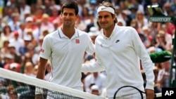 Petenis Serbia Novak Djokovic dan petenis Swiss Roger Federer berpose sebelum bertanding di final turnamen Wimbledon, London tahun 2014 (foto: dok).
