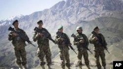 5名阿富汗国民军5月22日在阿富汗东部洛加尔省的奇纳里前哨基地合影