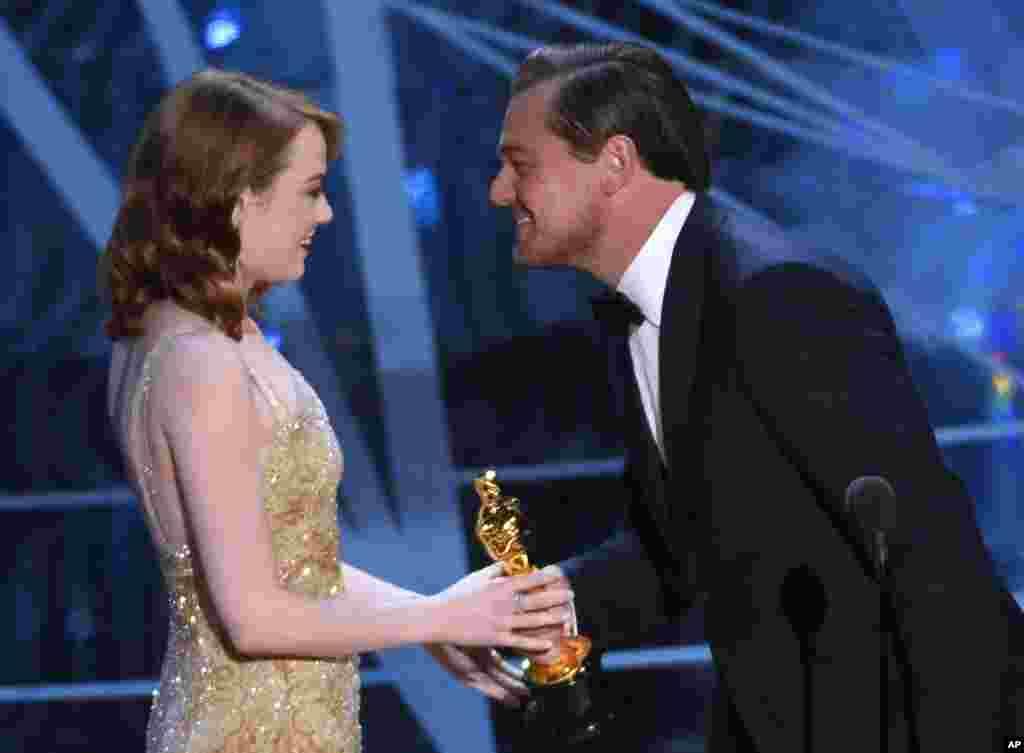 奥斯卡典礼上,上届奥斯卡影帝莱昂纳多·迪卡普里奥(Leonardo DiCaprio)给艾玛·斯通发奖(2017年2月26日)。