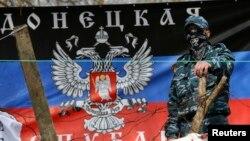 Người biểu tình thân Nga đứng bên rào chắn tại trụ sở cảnh sát ở Slaviansk, ngày 15/4/2014.