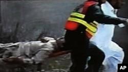 폭탄공격 현장에서 인명구조작업을 펴는 구조대원들