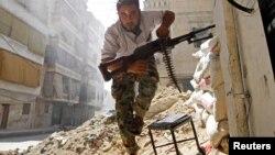 Un combatiente del Ejército Libre Sirio busca cubrirse del fuego del ejército sirio al fracasar el cese el fuego en Alepo.