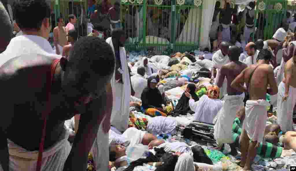Jemaah haji mengelilingi para korban terinjak-injak di Mina, Arab Saudi (24/9).