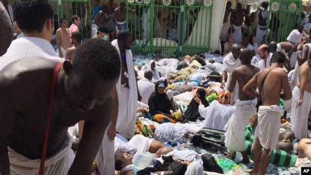 Người hành hương đứng cạnh các nạn nhân vụ giẫm đạp tại Mina, ngày 24/9/2015.