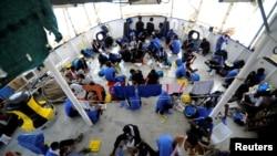 Para migran di atas kapal MV Aquarius yang terkantung-kantung di Laut Mediterania, antara Malta dan Linosa, 14 Agustus 2018.