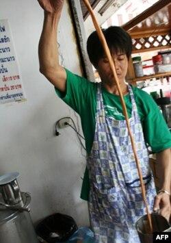Ông Suchart Lapaparat cho biết thu nhập của ông đã giảm sút từ 60 đô la một ngày xuống chỉ còn một nửa