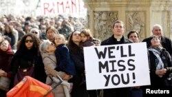 Warga Katholik yang menghadiri misa di Vatikan untuk mendengarkan doa dari Paus Benediktus hari Minggu (17/2).