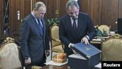 Bộ trưởng Quốc phòng Nga Sergei Shoigu (phải) trình bày với Tổng thống Nga Vladimir Putin tham số máy bay chiến đấu bị bắn hạ SU-24 tại bang Novo-Ogaryovo, ngoại ô Moscow, Nga, ngày 08/12/2015.