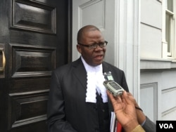 FILE - Human rights lawyer, former Zimbabwe finance minister Tendai Biti, addressing journalists outside court. (Sebastian Mhofu/VOA)