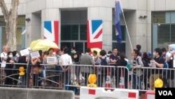 港人英領館外示威佔領促英國履行責任(美國之音海彥拍攝)