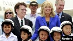 Bà Jill Biden, vợ của Phó tổng thống Mỹ Joe Biden, chụp ảnh với các quan chức và trẻ em tại sân bay Nội Bài, Hà Nội, ngày 19/7.