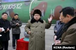 ຜູ້ນຳເກົາຫຼີເໜືອ ທ່ານ Kim Jong Un ພົບປະກັບບັນດານັກວິທະສາດ ແລະ ນັກຊ່ຽວຊານດ້ານເທັກນິກ ຢູ່ທີ່ສະໜາມຄົ້ນຄວ້າ ອາວຸດນິວເຄລຍ ໃນຮູບພາບນີ້ ທີ່ໄດ້ຖືກເຜີຍແພ່ ໂດຍອົງການຂ່າວຂອງສູນກາງ ເກົາຫຼີເໜືອ (KCNA), ໃນ Pyongyang, ວັນທີ 9 ມີນາ 2016.